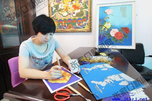 大学生创业者郑瑶正在绘制景泰蓝沙画.jpg