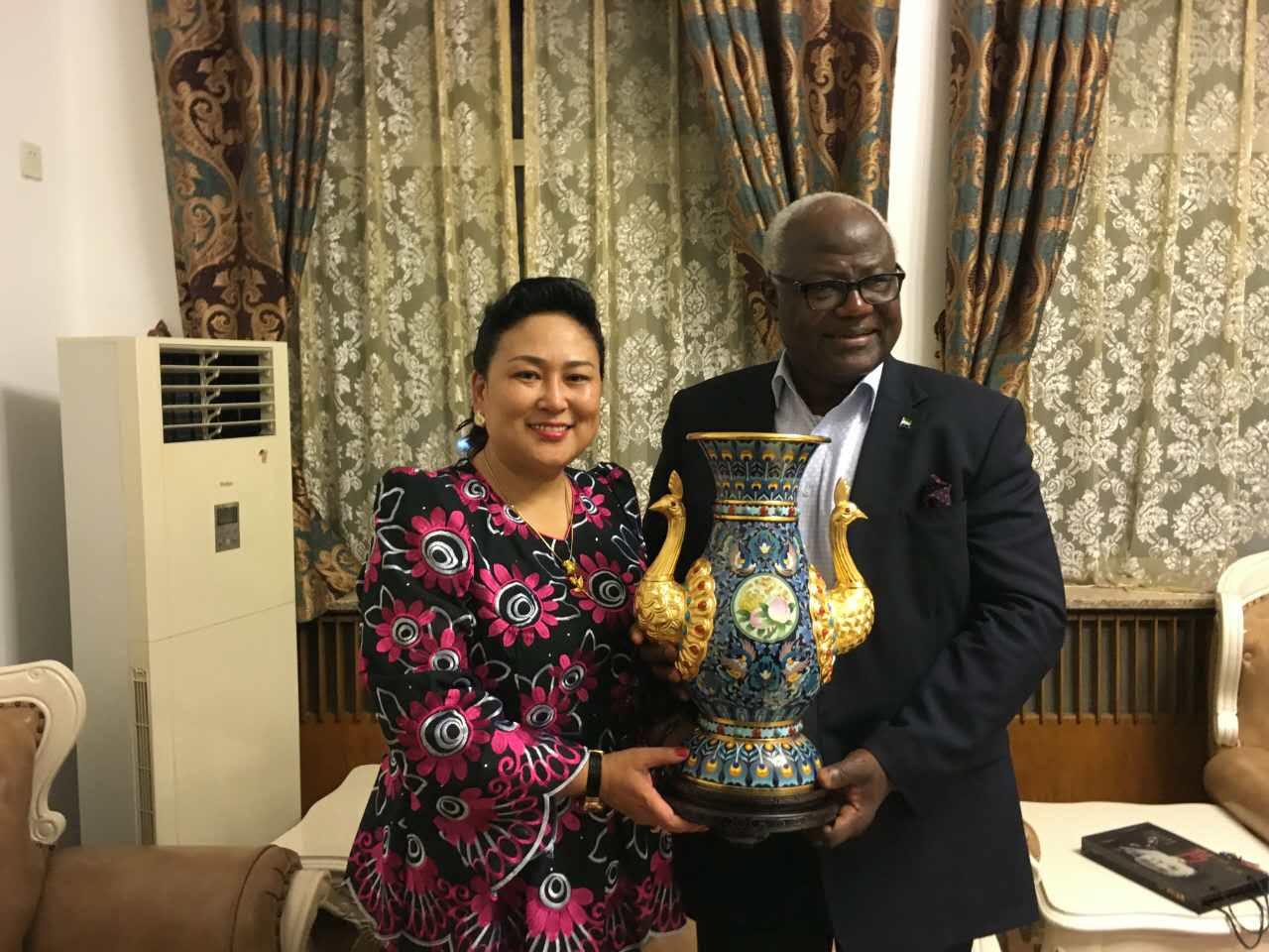 塞拉利昂总统欧内斯特·巴伊·科罗马(右)与北京英联邦成员国北京协会副主席那媛(左).jpg