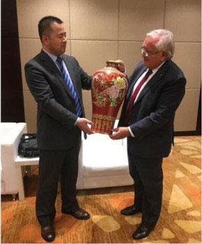 2017年11月景泰蓝《盛世和瓶》作为国礼赠与法国前总理让·皮埃尔·拉法兰.jpg