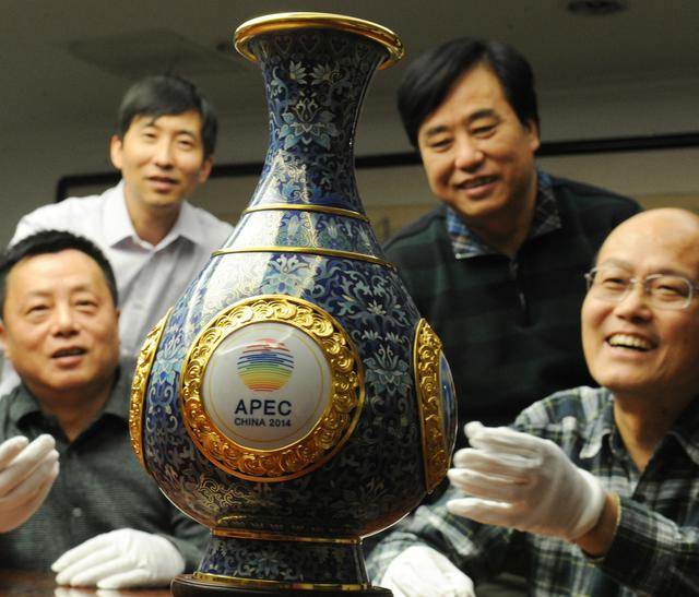 在北京APEC期间,《四海升平》景泰蓝赏瓶送给各经济体领导人。.jpg