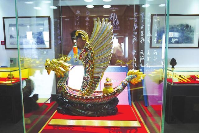 2014年2月,《一帆风顺》作为国礼送给俄罗斯总统普京。这件艺术品造型源于中国至尊图腾,它以龙为舟,以凤为翅。.jpg