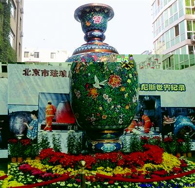 中国单体最大景泰蓝瓶亮相.jpg