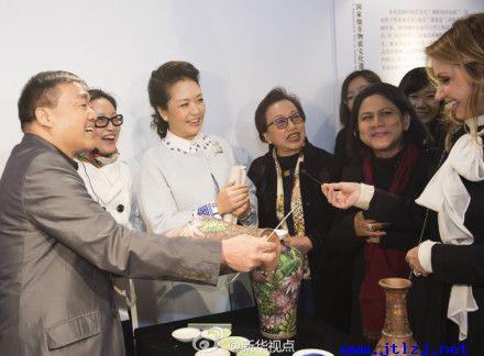 彭丽媛与出席APEC领导人或代表的夫人观看景泰蓝.jpg