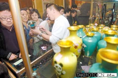 市民观赏景泰蓝老物件2.jpg